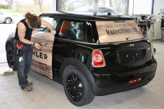 Car Wrapping bei pr-kreativ GmbH: Kuechler Mini Seite-Heck in Action