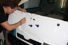 Car Wrapping bei pr-kreativ GmbH: Kabine-Front weiss folieren