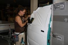 Car Wrapping bei pr-kreativ GmbH: Tuere weiss folieren amAnfang