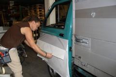 Car Wrapping bei pr-kreativ GmbH: Tuere weiss folieren am Anfang