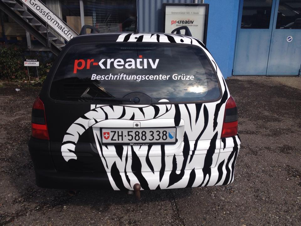 Car Wrapping bei pr-kreativ GmbH: PR-Kreativ Carwrapping Opel Vectra Zebra Heck