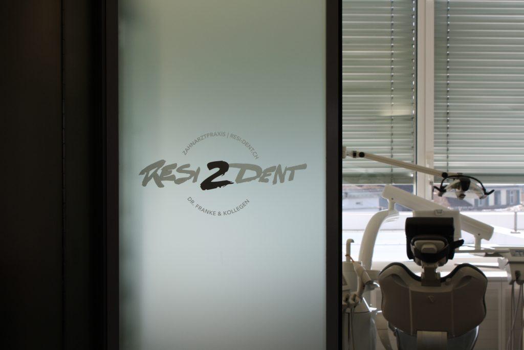 Resi-Dent Zahnarzt Praxis,, Milchglas, Signaletik, Frostfolie, Folienschnitt
